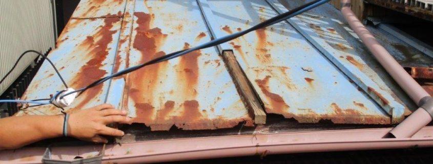 トタンの下屋根
