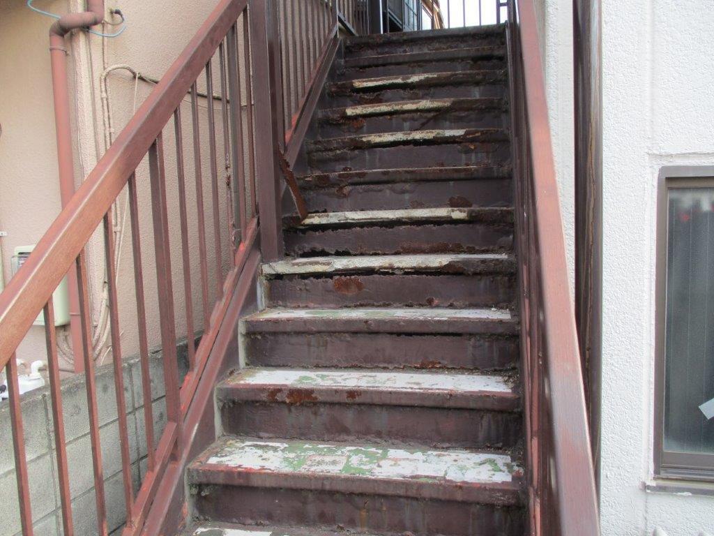 劣化した外階段(鉄骨)