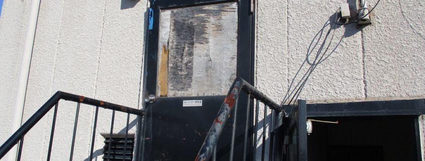 劣化した屋上出入口のドア